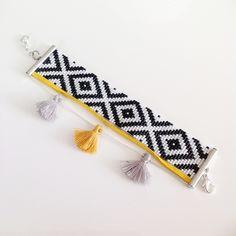 Bracelet large noir et blanc en perles miyuki, suédine et pompons moutarde, tissé à la main                                                                                                                                                                                 Plus