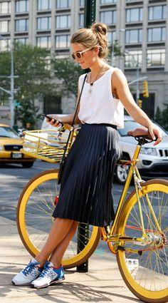 เสื้อกล้ามสีขาว Zara, กระโปรงจีบบานสีน้ำเงิน Zara, รองเท้า New Balance, แว่นตากันแแดด Vintage