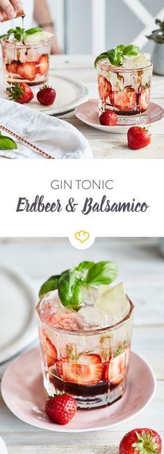 Mixe deinen Freunden eine Gin Tonic Aroma-Bombe. Hier gesellen sich Erdbeeren, Ingwer, Basilikum und ein süßer Balsamico-Sirup zum Gin ins Glas.
