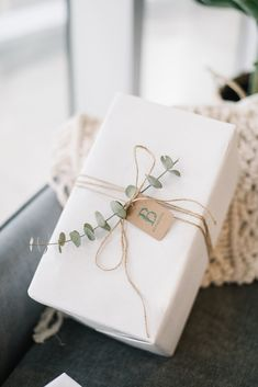 Baby Gift Wrapping, Elegant Gift Wrapping, Wedding Gift Wrapping, Gift Wraping, Creative Gift Wrapping, Creative Gift Packaging, Diy Wrapping Paper Designs, Simple Gift Wrapping Ideas, Diy Gift Wrapping Paper