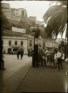 Valparaíso Chile 🇨🇱 Plaza Aníbal Pinto y Ascensor Esmeralda, 1936 Unique Vintage, Vintage Photos, South America, Street View, Geeks, Hobbies, Instagram, Spirit, Book