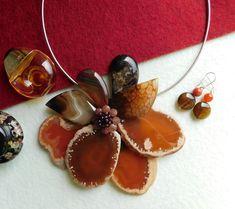 Compoziția florală este confecționată din felii de agat, lacrimi de agat și mărgele de hematit. Agate, Album, Christmas Ornaments, Holiday Decor, Floral, Jewerly, Christmas Jewelry, Flowers, Agates
