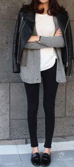 Pantalones de piel y mis zapatos de charol, chaqueta de cuero y un saco largo debajo