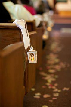 Ślubna dekoracja kościoła z latarenkami