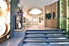 Серые ступеньки в необычном дизайне магазина
