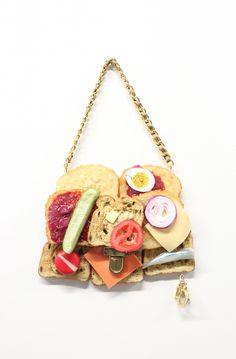 見た目は甘いが・・・高級ブランドのロゴ付パンケーキ型バッグ、その辛口なコンセプトとは!? | 中2イズム