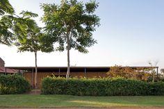 De geometria bastante simples esta casa de veraneio próxima a São Paulo possui 2 fachadas. Uma voltada para o exterior e outra voltada para o interior.