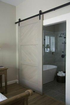 salle de bain avec une porte en bois coulissante de couleur gris