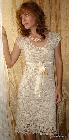 Stupendo abito molto elegante che sia di colore chiaro o scuro. Ci sono due alternative: con o senza maniche. Il modello è composto di piastrelle tonde att