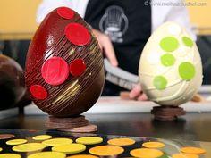 Déclinaison de décors sur œufs de Pâques en chocolat Chocolate Art, Easter Chocolate, Chocolate Molds, Homemade Chocolate, Easter Eggs, Sweets, Lausanne, Cake, Desserts