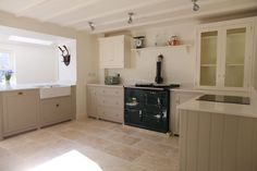 This sunny @deVOLKitchens kitchen has our Light Tumbled Travertine on the floor. Such a lovely bright space for cooking and entertaining.