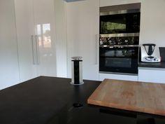 No nos cansamos de enseñarte rincones de las cocinas de nuestros clientes. Esta es especialmente moderna y original, con todos los equipamientos perfectamente integrados para conseguir un resultado de 10. ¿Qué nota le pones tú? ;)    ☎ 93 799 99 95 - http://qoo.ly/msdwu