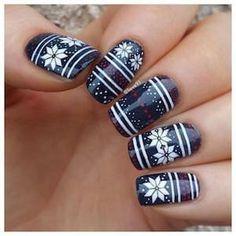 Nail art bleu avec flocons blancs #nail #art #noël  #bleu #motifs #flocons #neige #beauté #manucure #monvanityideal