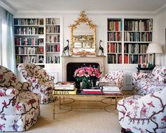 {decor inspiration : lee radziwill's paris apartment} chinoiserie fabric - -Lee Radziwill is the younger sister of the late Jacqueline Kennedy Onnasis and aunt to Caroline. I got this off a board about the cause I liked the upholstery. One Room Apartment, Apartment Interior, York Apartment, Apartment Bookshelves, Apartment View, Mansion Interior, Bookcases, Apartment Living, Tissu Chinoiserie