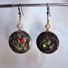Boucles d'oreilles bijou contemporain en métal recyclé et perles multicolores : Boucles d'oreille par patynett