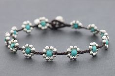 Turquoise and silver daisy bracelet - gotta show this to my sis to make for me! - she likes putzing with beads
