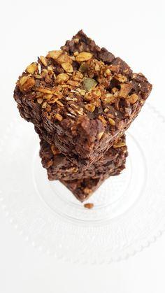 C H O C O L A T E  • G R A N O L A • B A R Onweerstaanbaar lekker! De smaak ken je al een beetje als je al eerder Granola en de suikervrije chocolade hebt gemaakt! Hoe easy-peasy is het om juist die twee te combineren! Nomnomnom!