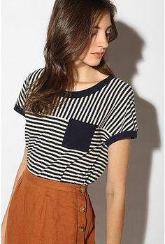 Me gusta esta camiseta porque de las líneas divertidas. También, debido a que es blanco y negro, la camiseta que puede ser usado con mucha ropa.