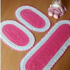 Tapete Oval Crochê Cozinha Diy And Crafts, Pillows, Rugs, Crochet Carpet, Oval Rugs, Scarf Crochet, Crochet Doilies, Cross Stitch Patterns, Tejidos