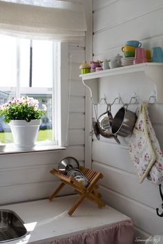 Sommarbacka Country Kitchen Farmhouse, Shabby Chic Kitchen, Shabby Chic Style, Summer Cabins, Deco Addict, Red Cottage, Deco Boheme, Dish Racks, Compact Living