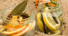 DIY Raumlufterfrischer - Du kannst die Duft-Zutaten ganz nach Deinen Vorlieben oder Vorräten mischen. Wichtig ist, dass Du Deinen Duft gerne riechst und Dich damit wohlfühlst. Wir haben für unsere zwei Weihnachts-Raumdüfte Vanille, Zitrone, Orange, Rosmarin, Nelken, Lorbeerblätter und Zimt verwendet. Mehr Ideen findest Du im mydays Magazin.