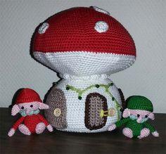Trollen en paddenstoel - Twee trollen wonen in deze paddenstoel, namelijk een rode en een groene trol. Ze zoeken nu nog een leuke kinderkamer waar zij met hun paddenstoel hun intrek kunnen nemen. Heb jij die kamer? Uit het boekje Amigurumi en forest friends van Tessa van Riet-Ernst. - Petra's Hobby site