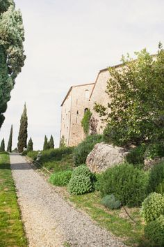 """Dream scenario: saying """"I Do"""" in the rolling hills of Tuscany. Are you with me? It has a lot to do with the movie-worthy backdrop ofCastello di Vicarelloand the images by Maharaj Photographythat so beautifully capture those surroundings. And all of the"""