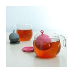 De Floating Tea Strainer is een drijvend theezeefje voor een kopje thee. Eenvoudig de zeef vullen met theebladeren en in heet water leggen en hij zal vanzelf drijven.    Na de nodige tijd brouwen neem je de zeef eruit en leg hem op het schoteltje. Het is gewoon leuk om te kijken naar de kleurrijke drijvende zeef.    Hij is ook een leuk en origineel cadeau voor theeliefhebbers.