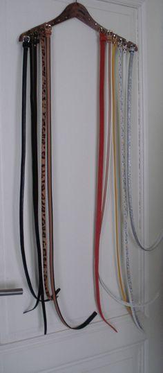 DIY Belthanger, belt storage, how to store your belts. Coathanger with nails - DIY Belthanger, belt storage, how to store your belts. Coathanger with nails - Hand Bag Storage Ideas, Belt Hanger, Belt Storage, Walk In Wardrobe, Organizing Your Home, Diy Garden Decor, Closet Organization, Getting Organized, Diy Projects