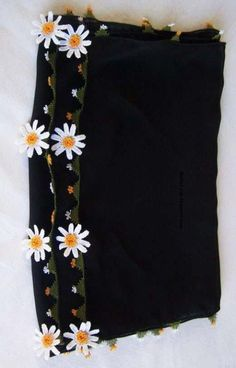 33 Gösterişli Siyah ve Beyaz İğne Oyası Modeli Crochet Scarves, Crochet Shawl, Modest Fashion Hijab, Fashion Dresses, Fancy Dress Design, Moda Emo, Knitted Flowers, Lacemaking, Scarf Styles
