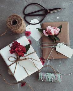 Что-то мы давно не выкладывали всякие упаковочные идеи! Напомним, что мы предпочитаем и настоятельно рекомендуем делать один акцент на упаковке (ну ладно, можно два ✌). Например, если бумага яркая, то стоит ограничиться однотонной лентой, а если бумага однотонная, то, например, цветок с букета идеально подойдет Займет такая упаковка минут 10...4 на упаковку и 6 на фотографирование, потому что выглядит очень круто! #paperie_ru #интернетмагазин #идеиупаковки #упаковкаподарков #упаков...