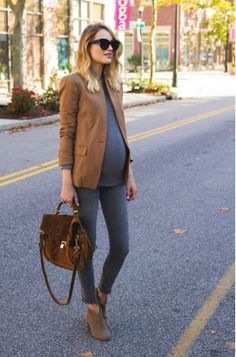▷ 10 tips and 70 ideas for pregnancy fashion umstandsmode, top, brauner blazer, jeans, velourstasche - Cute Adorable Baby Outfits Baby Bump Style, Mommy Style, Stylish Maternity, Maternity Wear, Maternity Work Clothes, Maternity Styles, Winter Maternity Outfits, Maternity Swimwear, Maternity Looks