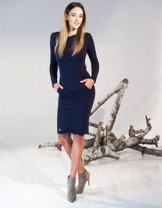 Sukienka wykonana z najwyższej jakości elastycznej dzianniny, niezwykle kobiecy model podkreślający sylwetkę, posiada aplikacje w formie naszywanych kieszeni optycznie wyszczuplających sylwetke, rękawy przedłużone posiadające wycięcie na kciuka,zwężana ku dołowi, można również nosić ją do sportowych stylizacji. MODELKA PREZENTUJE S/M, I MA 176 CM WZROSTU.Zalecamy pranie w 30 stopniach.