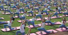 Estudantes chinesas praticam ioga em escola de Shandong