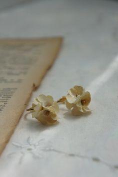 小さな小さな布花をミルクティー色に染めてイヤリングにしました。お花はかわいらしく、金具はゴールドで少しだけ大人っぽくアンニュイな雰囲気をイメージしました。マッ...|ハンドメイド、手作り、手仕事品の通販・販売・購入ならCreema。