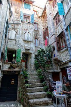 lady in black: Picturesque Rovinj #croatia #visitcroatia #chorvatsko #travelblogger #travel #picoftheday #rovinj #oldtown #travelphotography #traveleurope #europe #mediterranean #placestogo #coast #rovigno #architecture