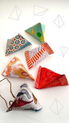 少しの包装紙や折り紙で、小さな三角刑のラッピングができちゃいます。飴やコンペイトウなど、小さく細かい物を包むのによさそうです。