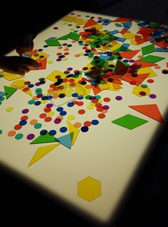 jugando con formas Classroom Organization, Light Table, Ideas Para, Kids, Frases, Sensory Table, Sensory Play, Vision Therapy, Marbles