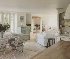 Shabby and Charme - light colours and wood - English cottage