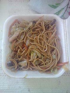 No geral, considero o melhor Yakisoba aqui do litoral, não que tenha experimentado todos os lugares, é algo simples, gostoso, e vem bastante comida por um preço abaixo da média. Uma refeição boa pra quem precisa de pressa e quer comer muito hahaha  #yakisoba #almoço #comida #chinês #massa #japonês  Yakisoba misto - R$12 comendo Yakisoba Misto em Café e Cia.