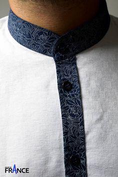 Une chemise homme made in france. Leean Collection innove avec cette chemise manche longue, col mao. Une chemise originale mais classique, chic. Chemise blanche avec des finitions bleues imprimée. Comme toujours Leean Collection choisit les tissus comme pour cette chemise coton.