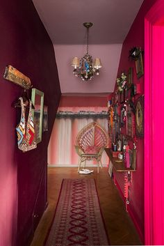 Matthew Williamson's home features in this month's Living Etc magazine with a full article entitled 'bohemian rhapsody'. Even the hallway inside Matthew's home is an interior masterpiece with pink and red walls and perfectly matching wall accessories. Click to read more.