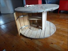 Id e le recyclage des tourets siege et table touret en 2018 is one of images from table avec rouleau cable. This image's resolution is pixels. Find more table avec rouleau cable images like this one in this gallery Wood Spool Furniture, Wood Spool Tables, Pallet Furniture, Wire Spool, Wooden Spools, Wooden Cable Reel, Diy Esstisch, Diy Dining Table, Dining Rooms