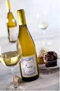 Chardonnay or Chantilly? Layer Cake Wine = A Hungry Jury Fun Drinks, Yummy Drinks, Beverages, Colorful Drinks, Cupcake Chardonnay, Chardonnay Wine, Layer Cake Wine, Cupcake Party, Cupcake Wine
