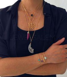 Collier en or sexy moderne en couches pour donner une ambiance cool, edgy. Point de vente est le collier avec quartz clair en forme de long facette