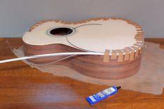 Construcción Guitarra Acústica  000-OM - Una vez realizado el fresado, se adhieren las tiras de plástico o madera, las cuales además de ser un elemento de decoración, aportan protección al instrumento.