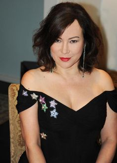 Actress /Jewel collector Jennifer Tilly wearing JAR brooches and earrings