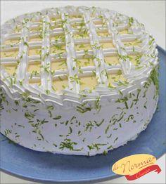 """""""Bolo Mousse de Limão"""" (Aro 24) - Pão de ló recheado com mousse de limão, cobertura de marshmallow, mousse e raspas de limão."""