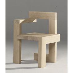 Chaise asymétrique réalisée selon les mesures du designer Gerrit Rietvield.