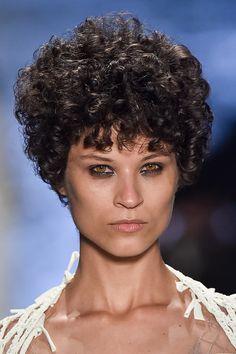 Procura-se garotas com atitude para esta edição do SPFW, e vimos muito isso nos cabelos que cruzaram as passarelas de o...